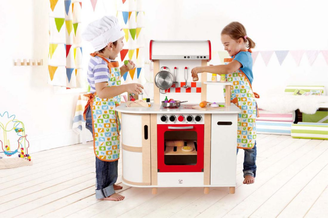 E8018-Gourmet-Kitchen-with-child2